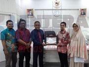 Ketua KPU Kota Kendari menyerahkan piagam penghargaan kepada Rektor Universitas Halu Oleo. Foto- Dok KPU Kendari